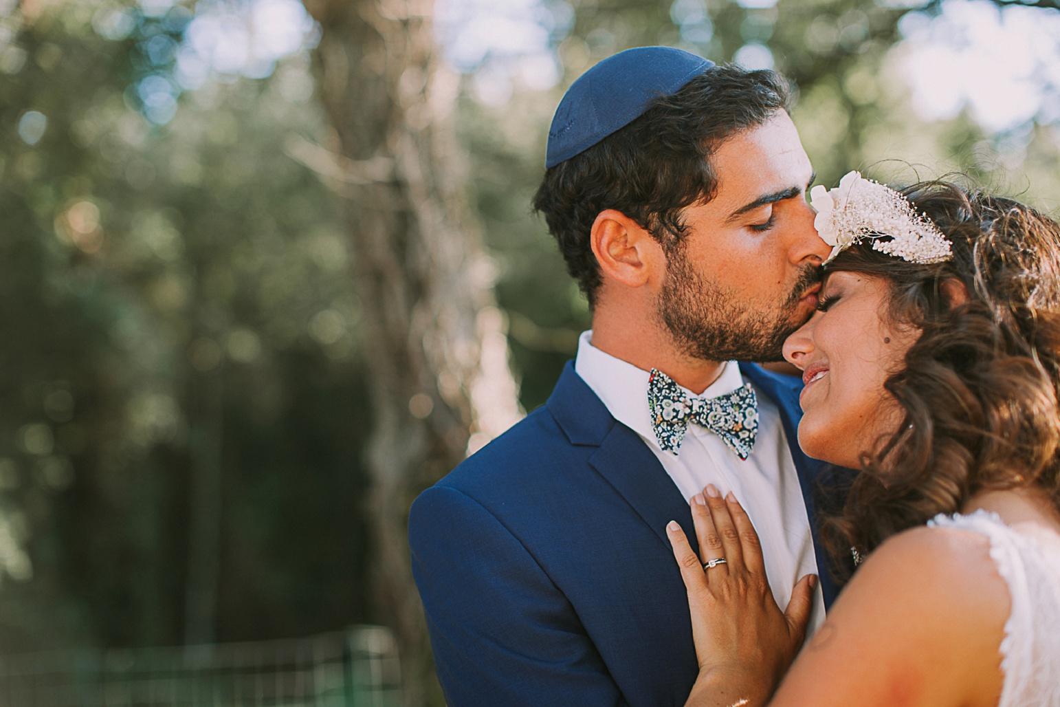 kiss-groom-kateryna-photos-mariage-photographe-chateau-maime-aix-nice-provence-wedding-arcs-sur-argens