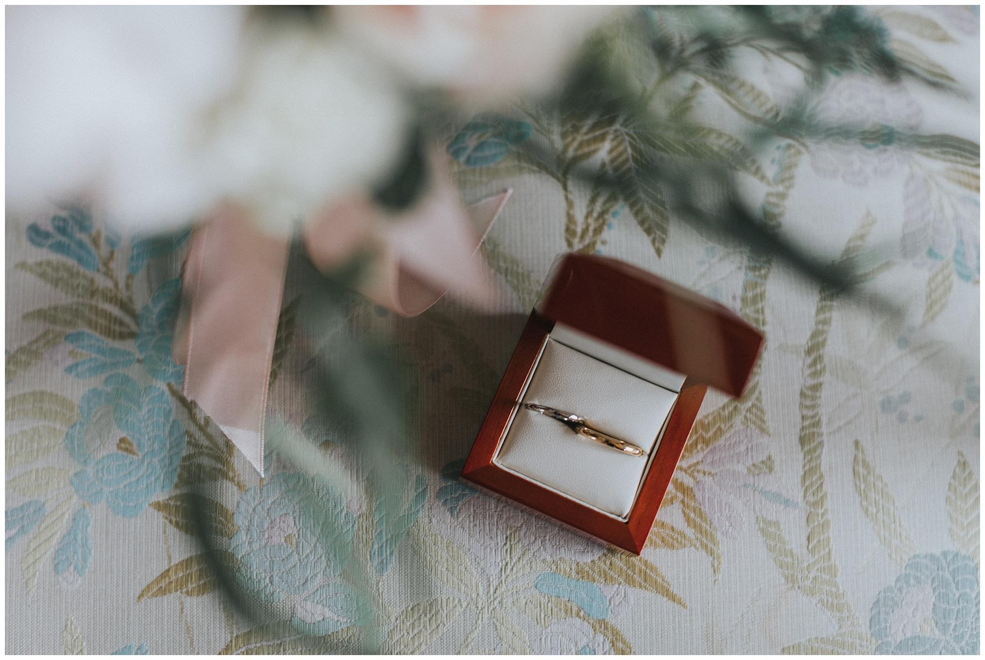 Kateryna-photos-photographer-reims-domaine-des-evis-mariage-normandie-bouquet-de-roses-alliances-cartier-dans-la-boite