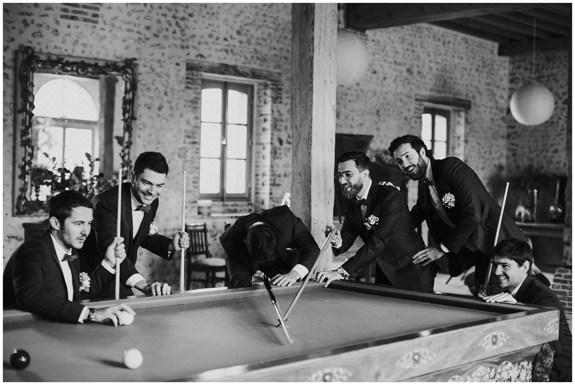 Kateryna-photos-photographer-reims-domaine-des-evis-mariage-normandie-homme-joue-au-billard-noir-et-blanc