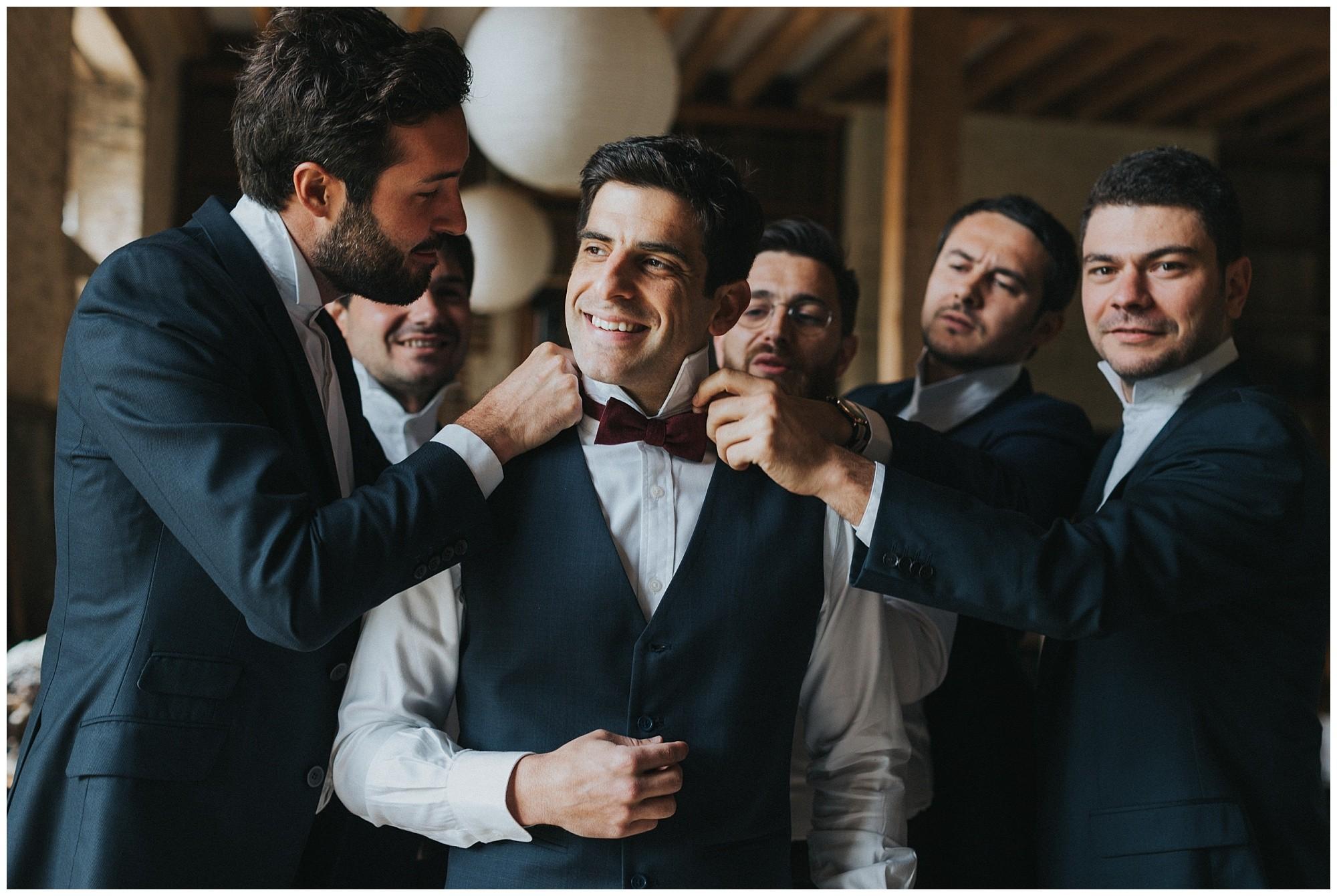 Kateryna-photos-photographer-reims-domaine-des-evis-mariage-normandie-hommes-s'habille-noeuds-pap-colonel-moutarde