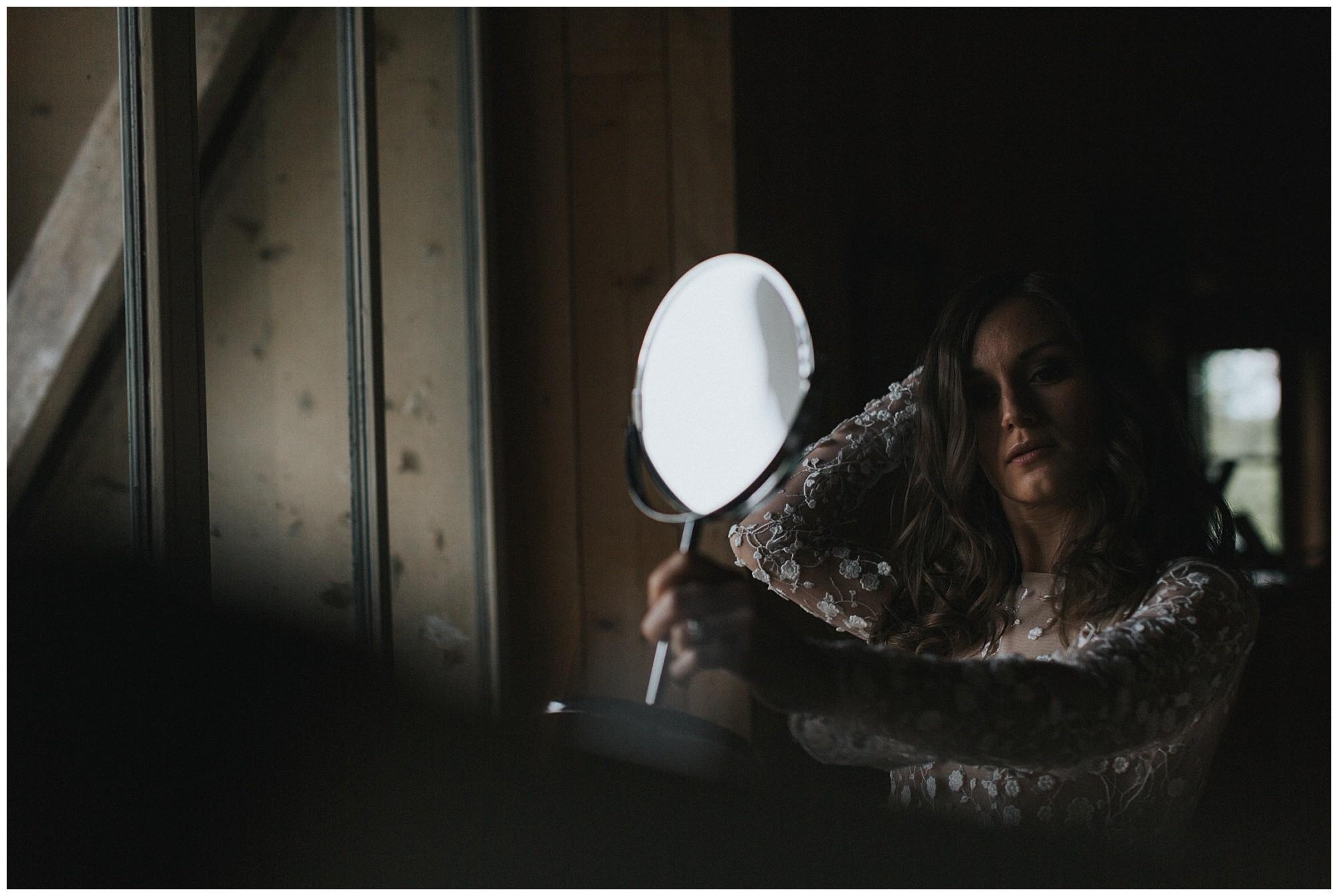 Kateryna-photos-photographer-reims-domaine-des-evis-mariage-normandie-rime-arodaky_portrait-de-la-mariee-regarde-dans-le-miroir