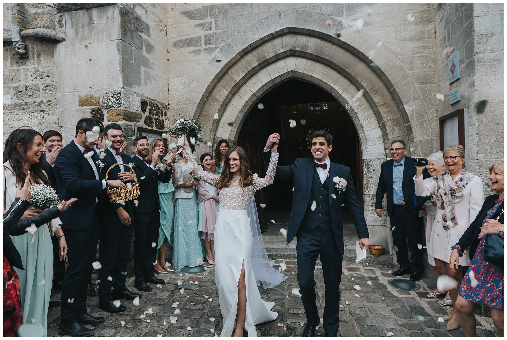 Kateryna-photos-photographer-rouen-domaine-des-evis-mariage-normandie-celebration-sortie-eglise-confettis
