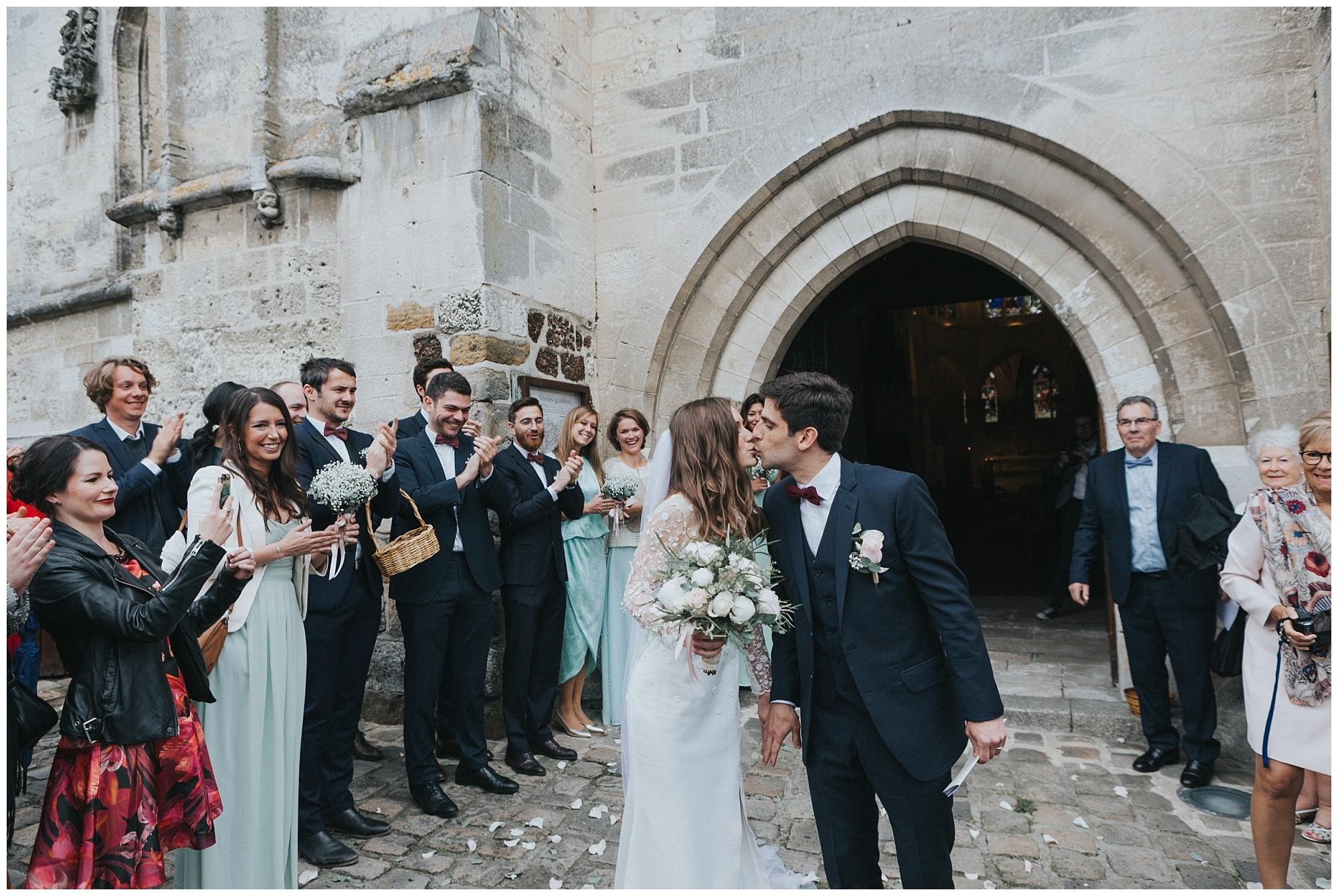 Eglise Saint-Martin-de-Nonancourt-photographer-rouen-domaine-des-evis-mariage-normandie-celebration-sortie-eglise-joie-bisous