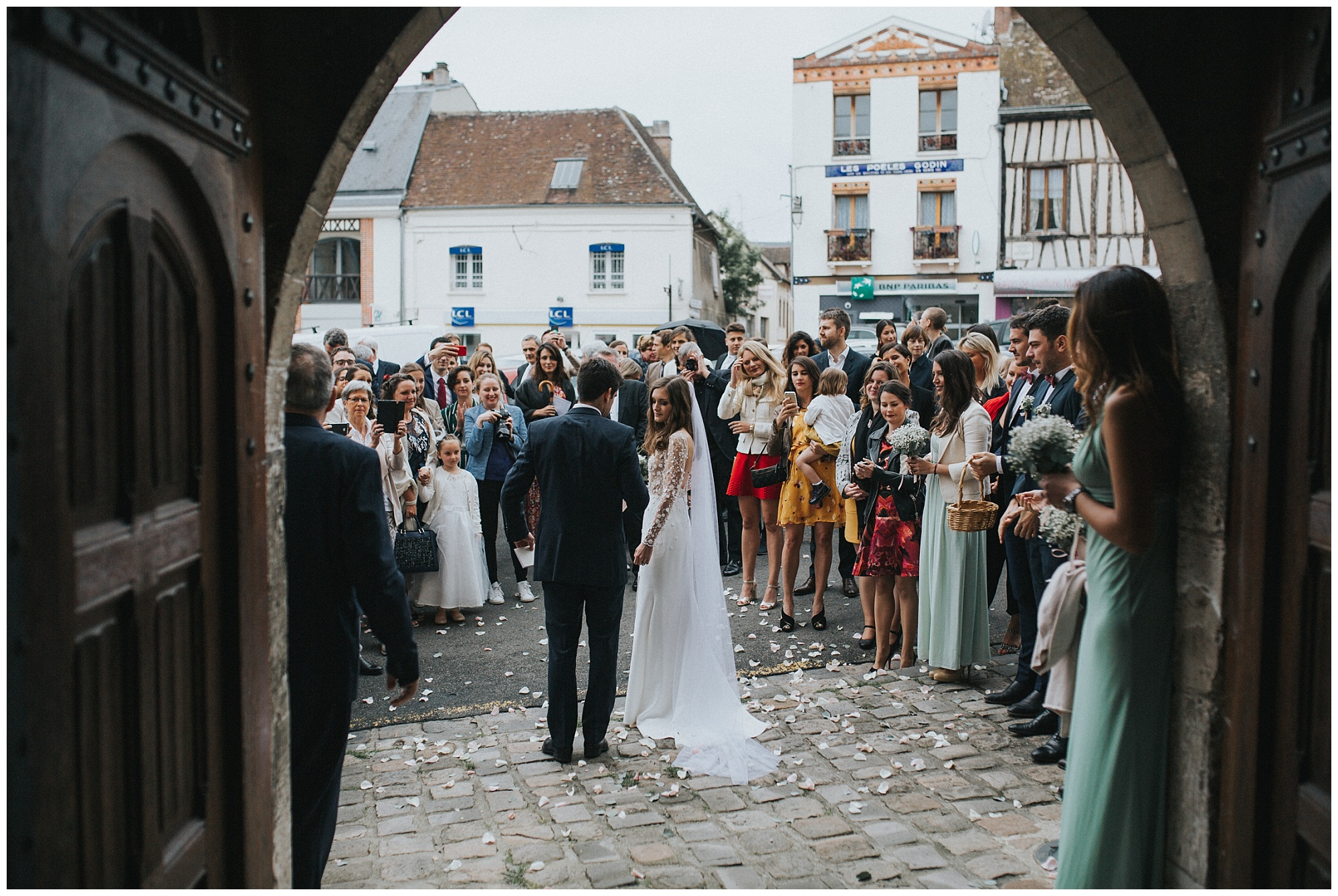 Kateryna-photos-photographer-rouen-domaine-des-evis-mariage-normandie-celebration-sortie-eglise-joie-bisous