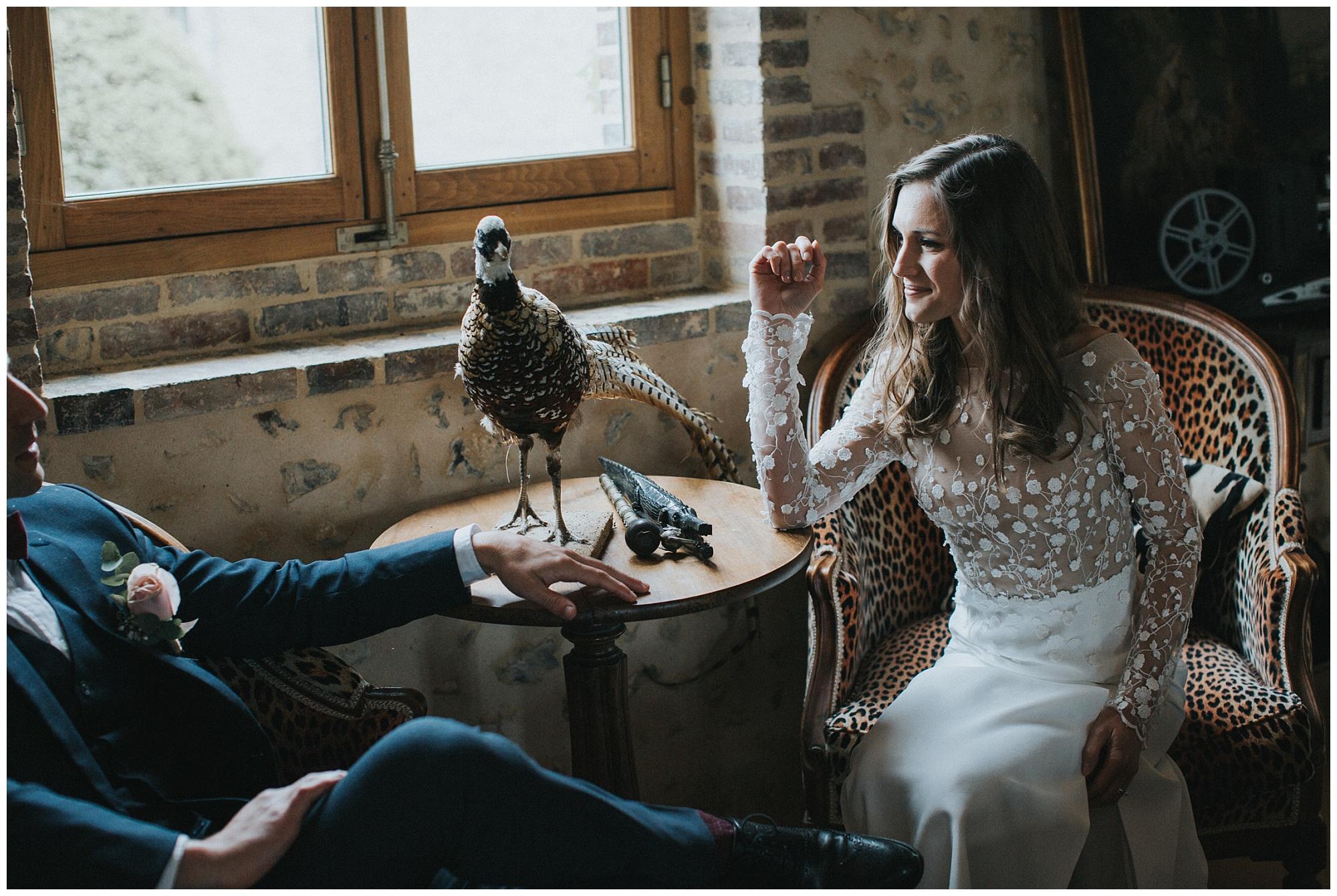 Kateryna-photos-photographer-rouen-domaine-des-evis-mariage-normandie-photos-de-couple-a-la-fenetre