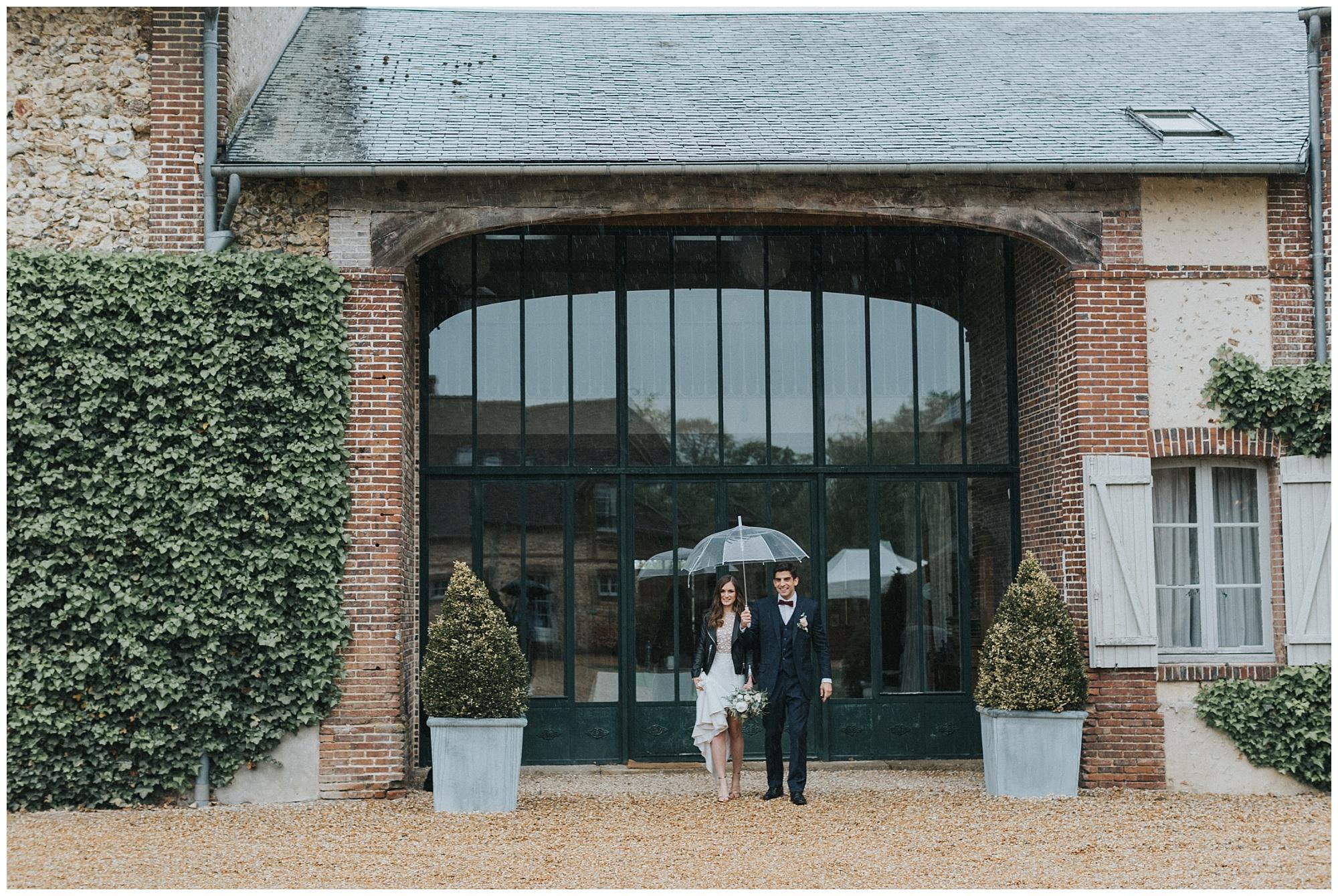 -domaine-des-evis-mariage-normandie-couple-sous-un-paraplui