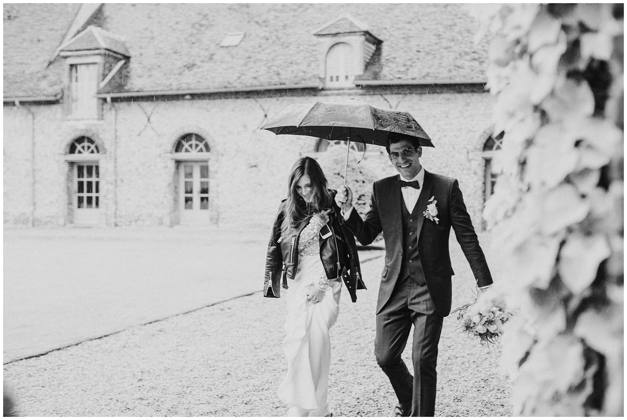 Kateryna-photos-photographer-reims-domaine-des-evis-mariage-normandie--domaine-des-evis-mariage-normandie-couple-sous-un-paraplui