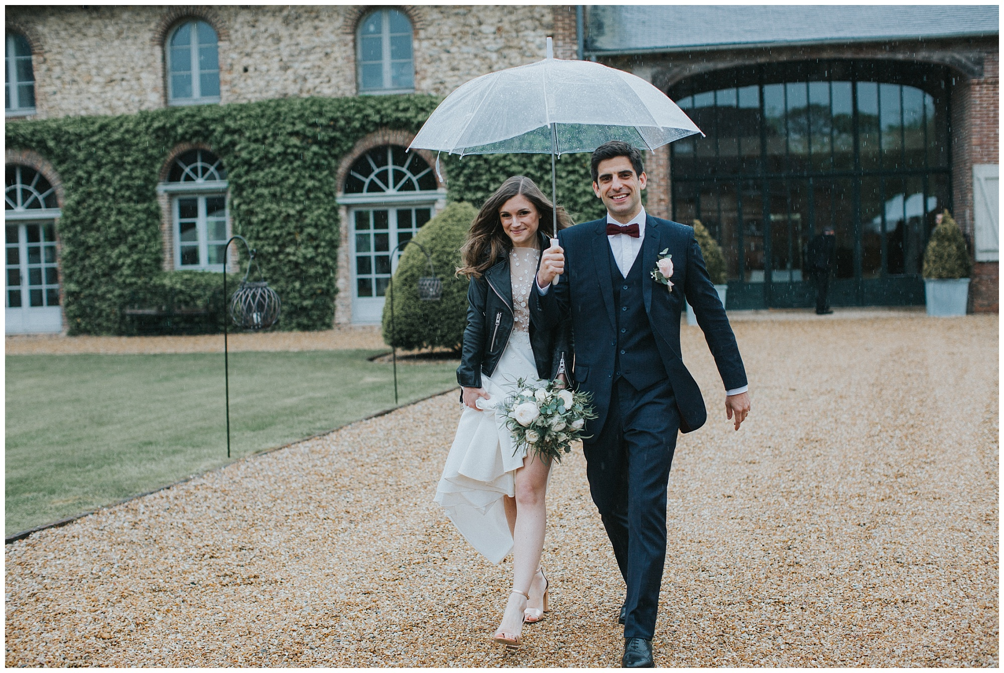 Kateryna-photos-photographe-rouen-mariage-domaine-des-evis-Normandie-couple-sous-un-paraplui