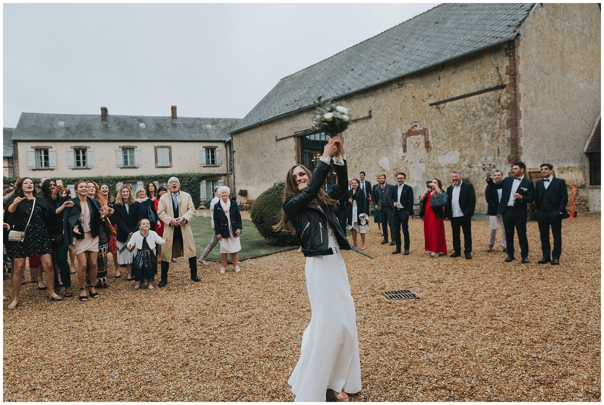 Kateryna-photos-photographer-domaine-des-evis-mariage-normandie-rime-arodaky_lancer-du-bouquet