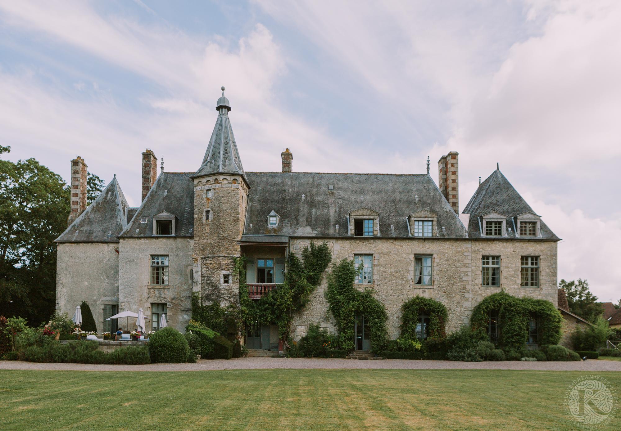 façade du Château de Sainte Paterne en Normandie sous un ciel bleu